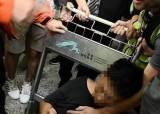 中기자 폭행한 홍콩시위대에 中 분노… 홍콩개입 명분 삼나