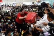 경찰과 시위대 뒤섞여 난투극···'아수라장'된 홍콩국제공항
