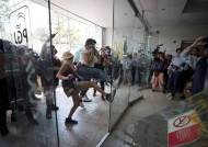 [서소문사진관] 경찰 4명이 10대 소녀 성폭행, 성난 멕시코 여성들 격렬 시위
