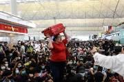[서소문사진관] 여행 가방 머리에 이고, 홍콩공항 시위에 뿔난 여행객들