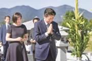 [사진] 아베, 선친 무덤 앞 개헌 다짐