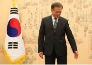 김기식 때처럼 못 치고 나간다···'조국사태' 침묵한 文 속사정
