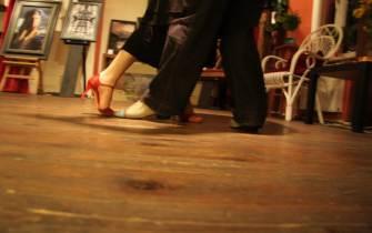 이성과 밀착해 춤추면 전기 오지 않나요? 묻는 사람들