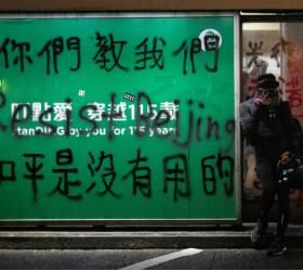 <!HS>홍콩<!HE>의 두 폭력…<!HS>시위<!HE>대는 기물 부수고 경찰은 사람 때린다