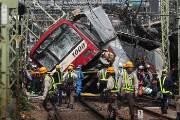 일본 열차와 트럭 충돌로 화염, 30여 명 부상