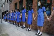 홍콩, 이번엔 10대 인간 띠 시위…조슈아 웡은 다시 석방, 미국행