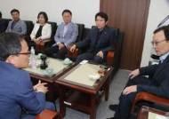 """문 대통령 '조국 장고'…민주당은 """"적격 """"전달"""