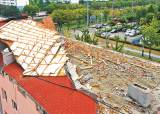 링링 역대 5번째 강풍…지붕 고치다 30m 날아가 참변