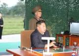 북한 올해 10번째 미사일 발사, 김정은 뒤에는 부동자세 김여정