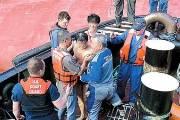 [사진] 배에 구멍 뚫고, 한국인 넷 전원 구조