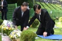 故 김홍영 참배한 조국…검찰개혁 외쳤지만 조카 의혹엔 언급 회피