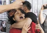 홍콩 친중·반중 시위대, 깃봉·우산으로 서로 폭행···25명 부상