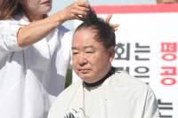 """""""백성 분노하면 임금도 뒤집는다"""" 강효상도 릴레이 삭발 동참"""