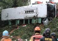 경부고속도로 빗길에 시외버스 10m 추락···1명 사망 1명 중태