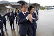 [서소문사진관]'대통령님 같이 쓸까요?' 문 대통령 우산 잡은 김정숙 여사