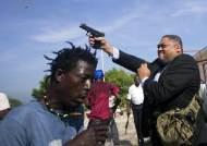 상원의원이 시위대에 총기 발사, 취재하던 사진기자 부상