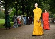 패션에 긍정을 입혀라..런던패션위크 하이라이트 4