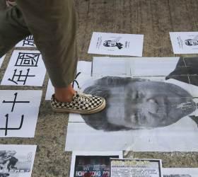 [서소문사진관] 홍콩 우산혁명 5주년, <!HS>시진핑<!HE> · 마오쩌둥 사진 밟고 공산당기 태우고