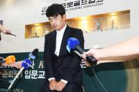 """무릎 꿇은 김비오 """"선수이기 전에 사람이 되겠다"""""""