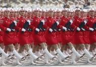 중국 여군, 모자와 치마선까지 맞춰…70주년 열병식 한사람 같은 중국 인민해방군