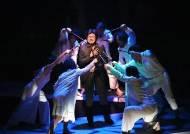 군중심리는 꼭 나쁜 것일까…새롭게 해석되는 연극 '코뿔소'