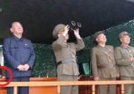SLBM 발사 사진에 잡힌 '수상한 손'···美의식 김정은 숨겼나
