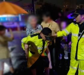 [<!HS>착한뉴스<!HE>]가슴까지 차오른 물에서 할머니 업고 나온 경찰