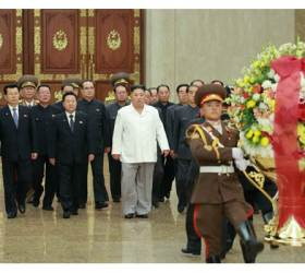 北 김정은, 금수산태양궁전 참배…'비핵화 메시지'는 없었다