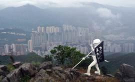 방독면 쓰고 우산 들었다, 홍콩 사자산 정상에 '자유의 여신상'