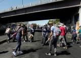 [서소문사진관]반정부 시위 이어지던 <!HS>에콰도르<!HE>···시위대, 경찰 함께 거리청소 나서