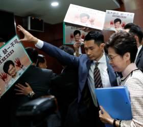 [서소문사진관]<!HS>시진핑<!HE> 가면 쓴 홍콩 야당 의원들, 캐리 람 물러가라