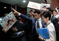 [서소문사진관]시진핑 가면 쓴 홍콩 야당 의원들, 캐리 람 물러가라
