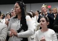 [서소문사진관] 美 교회서 AR-15 소총들고 결혼하는 신랑·신부