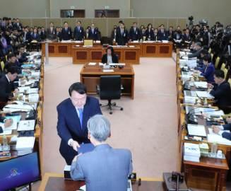 """""""윤석열, 어떤 압력에도 굴하지 말라""""던 민주당의 돌변"""