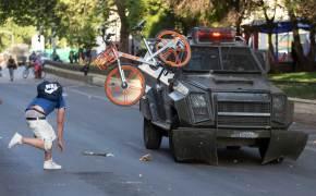 [서소문사진관] 지하철 요금 인상 더는 못 참아, 칠레 산티아고 도심 격렬 시위