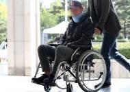 목 보호대 하고 휠체어 탄 채 검찰 출석한 조국 동생