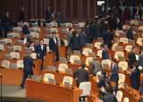 한국당 의석 향했지만…나가는 의원들 다가가 악수 청한 文