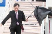 이낙연 총리, 강풍에 우산 부러져도 웃으며 일본 도착