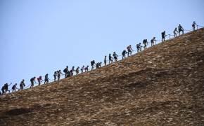 [서소문사진관]37명 숨진 호주 울룰루. 영구 출입금지 하루 앞두고 관광객 북새통
