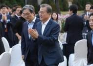 """文 """"검찰개혁 변수 만들까봐, 조국 후임 서두르지 않겠다"""""""