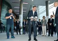 얼굴인식에 0.1초, 자율주행로봇이 배달…네이버 제2사옥 세계 첫 '로봇 친화형 빌딩'으로
