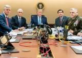 <!HS>트럼프<!HE>는 센터, 오바마는 뒷전…작전 보는 두 대통령 위치 달랐다