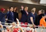 """[서소문사진관] """"너무 뚱뚱해 보여 시구는 안 해"""" 트럼프 美 대통령 월드시리즈 관람"""