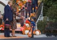 트럼프, 백악관에서 캡틴아메리카·스파이더맨에게 사탕 나눔