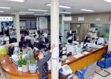 기둥 7개 세워 안전 보강한 동사무소, 신축 예산없어 난감한 대전 중구