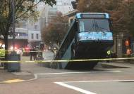 미국 피츠버그에 대형 싱크홀 발생···출근길 버스 통째로 빠져