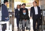 깁스하고 휠체어 탄 조국 동생…영장심사 혐의 대부분 부인