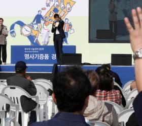 """""""남편과 함께 고른 스카프"""" 강경화…<!HS>나눔<!HE>의 나비효과 만든 명사들"""