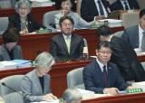 국회 예결위 파행에···두 손으로 얼굴 감싼채 생각하는 강기정
