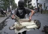 [서소문사진관] 성난 칠레 시위대, 교회 약탈하고 예수상은 바리케이드로